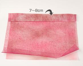 (3)今回は、ぬいぐるみの大きさを考えて、しっかり包めるように、少し固めのネット状の包装紙と、やわらかい不織布を2枚重ねて使用。