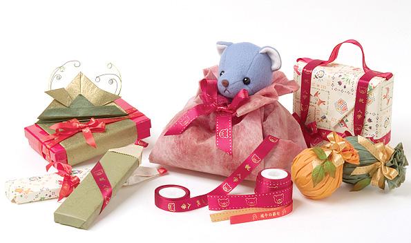 (1)ぬいぐるみを包むときは、やわらかい素材の包装紙を使用し、窮屈な感じにならないよう、洋服を着せるつもりで包むとよい。